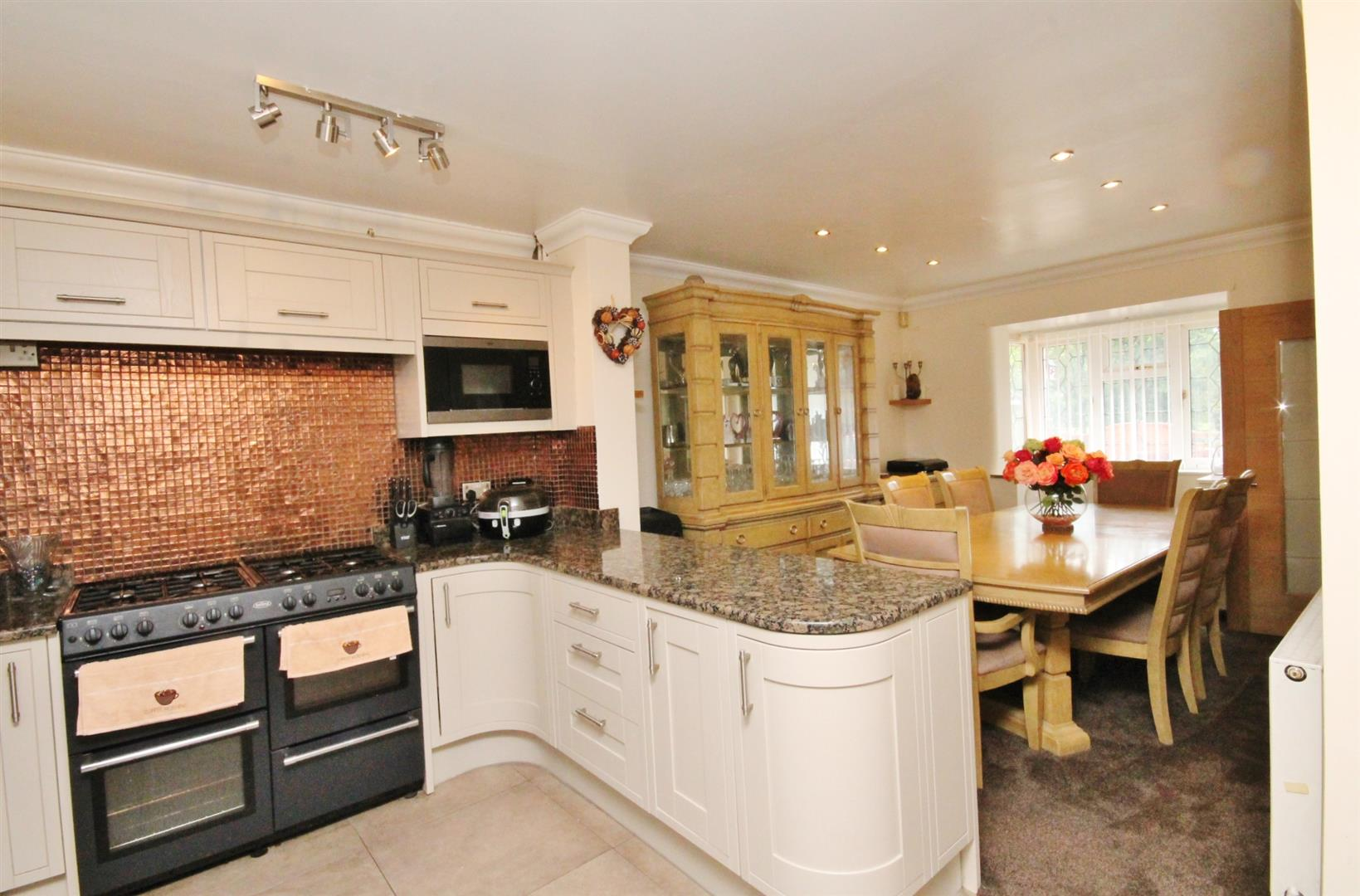 SUPERBLY FITTED KITCHEN/DINER